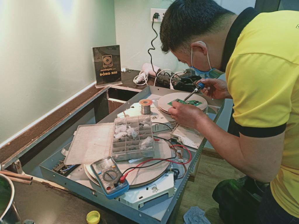Hướng dẫn sửa bếp hồng ngoại Midea bị lỗi chập điện