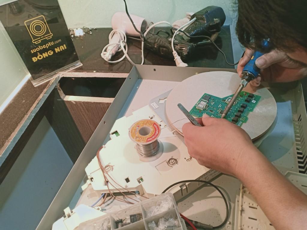Cách sửa bếp hồng ngoại AEG bị lỗi chập điện tại nhà