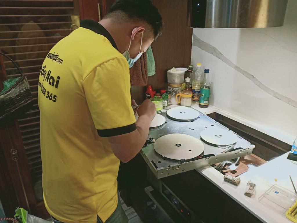 Hướng dẫn sửa bếp hồng ngoại Kangaroo bị chập điện